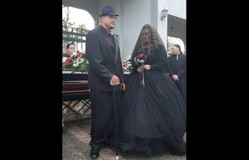 Bride and groom decide to marry among the graves of their relatives in Puerto Rico