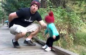 Increíble reacción de padre salva a su hija de caída