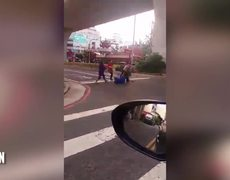 #VIDEO: WOMAN FIGHTS MAN SWINGING A MACHETE