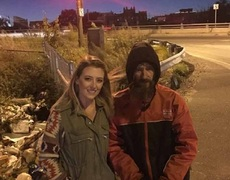 #VIRAL: Homeless loans 20 dollars to a woman and she returns the favor