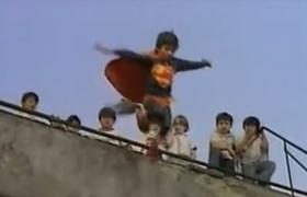 Historia del niño que se cree Superman y muere al saltar al vacío