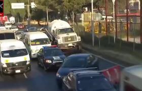 Hombre se avienta de puente peatonal en calzada Zaragoza CDMX