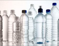 Beber siempre de la misma botella de plástico es un peligro para tu salud