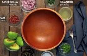 Guacamole con tocineta y Chile poblano