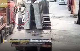 #CCTV: Huge blocks of glass fall from truck, burying worker