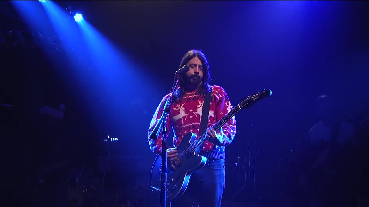 Foo Fighters Snl Christmas.Snl Fighters Christmas Medley Live