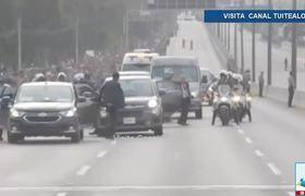 El 'papamóvil' del Papa Francisco sufre ponchadura
