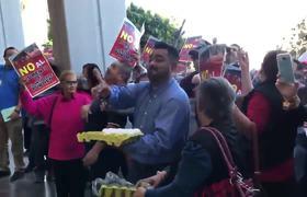 Lanzan huevos contra Diputados por aumento de transporte público