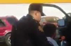 Con lujo de violencia policias arrestan a niño por robarse unas plumas
