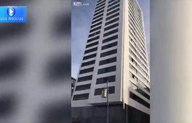 Saltó de un edificio de 24 pisos, su paracaídas no se abrió pero sobrevivió