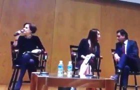 Denise Dresser le truena los dedos a Gabriela Cuevas y Zoé Robledo por conversar durante una conferencia