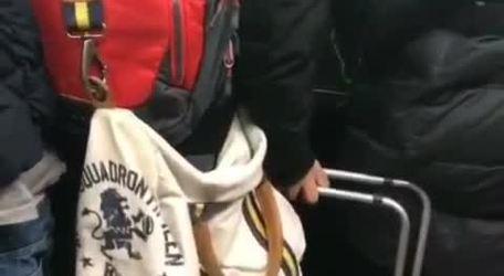 #VIRAL: Usuarios del metro molestos con mujer que intento entrar a la fuerza al vagón