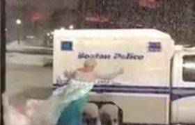 Vestido de Elsa y en plena Nevada ayuda a carro atrapado por la nieve a salir