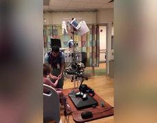 #VIRAL: Doctor disfrazado de Chewbacca le infoma a estre niño que ya tiene corazon para realizarle el trasplante