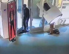 #VIRAL: Hombre se venga de su padre vandalizando una obra de arte