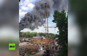 Gran incendio en una planta de reciclaje de papel en Moscú