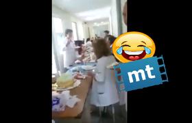 Pacientes esperan horas para ser atentidos y los cachan en pleno convivio