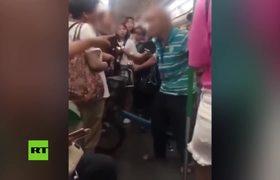 Anciano abofetea a una mujer por no cederle su asiento en el metro
