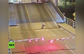 Ciclista ignora una advertencia y cae entre un puente levadizo en EE.UU.