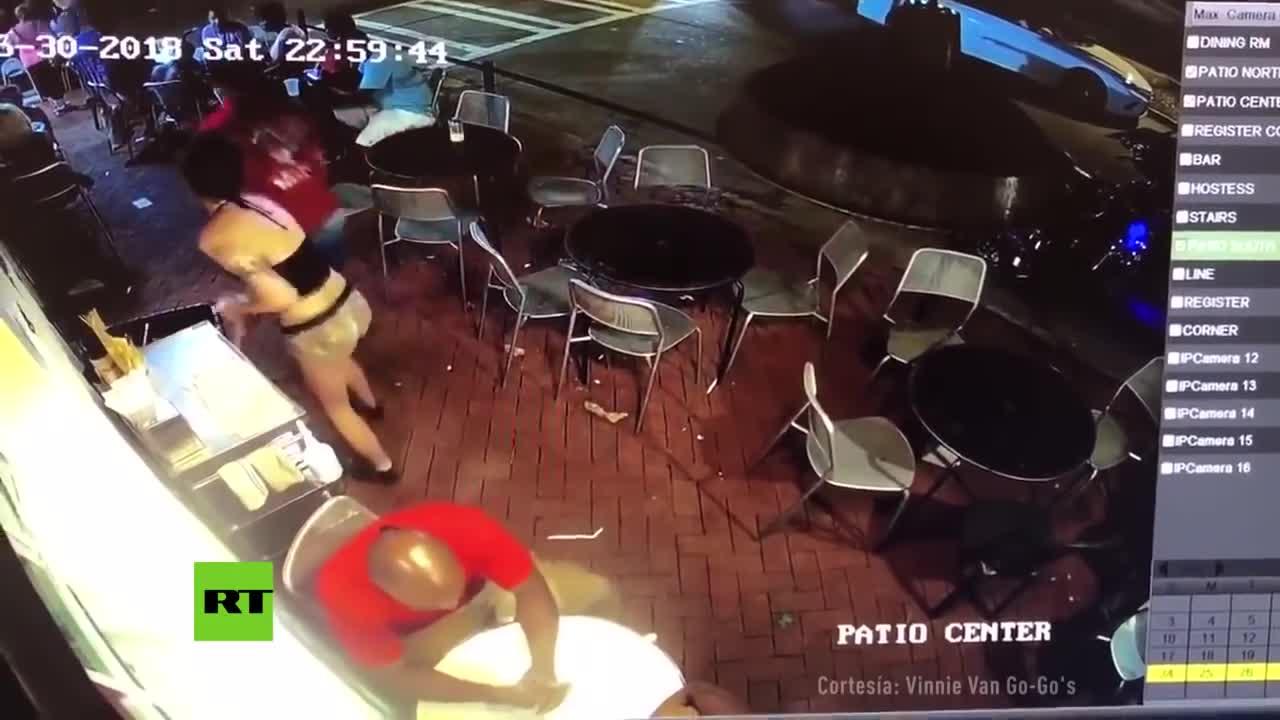 Camarera Manoseada Japones Videos Porno #cctv: manosea a una camarera y esta le da la lección de su vida
