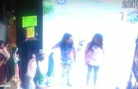 #CCTV: Mujeres Se Llevan Figuras Religiosas de Tienda Parroquial