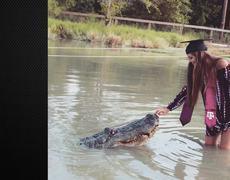 Woman takes Graduation photos with 1000 pound Texas Gator