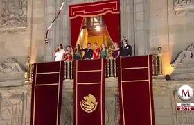 Peña Nieto hace un corazón con sus manos pero falla en el intento