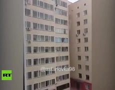 Niño cae de un 10.º piso y un vecino lo agarra en plena caída