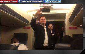 PEÑA NIETO bromea con REPORTEROS en el avión