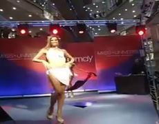Fall of Miss Dominican Republic in Russian runway