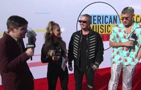 Entrevista a Bad Bunny y J Balvin en la alfombra roja - AMAs 2018