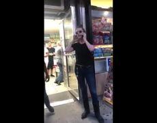 #VIDEO: Mujer racista acusa a niño de 9 años de manosearla