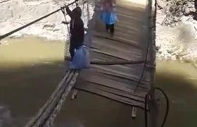 #VIDEO: ARRIESGAN LA VIDA PARA CRUZAR EL PUENTE