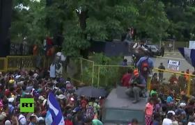 Caravana de migrantes rompe la valla fronteriza entre Guatemala y México
