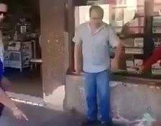 #VIRAL: Locatario le tira sus cacahuates a un joven vendedor y la gente se le va encima