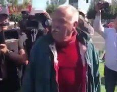 Abuelo regaña a caravana migrante por tirar basura en Tepic