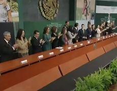 Peña Nieto hace el Peor Ridículo les Dicen de Pie y Se Sientan