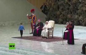 Un niño interrumpe al papa Francisco entre las risas del pontífice