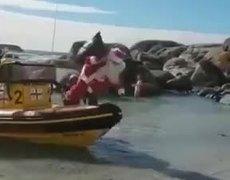 Santa Claus llegando a la playa
