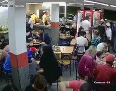 Grupo armado que asalta taquería en Neza