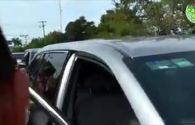 AMLO baja de carro para Levantar Anciana Que se cayo
