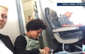 Familia viaja en el suelo de un avión; no existían sus asientos