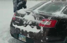 Padre usa a su hijo ara limpiar la nieve de las ventanas de su auto