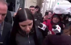 Emma Coronel al salir de la Corte de Nueva York, donde se declaró culpable al Chapo Guzmán