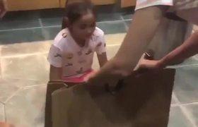 La reacción de esta niña al recibir su regalo es la MEJOR