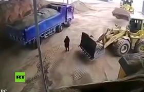 Mujer muere por culpa de trascabo que la lanza a trituradora en china