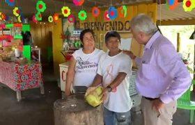 AMLO bebe agua de coco en carretera de Colima.