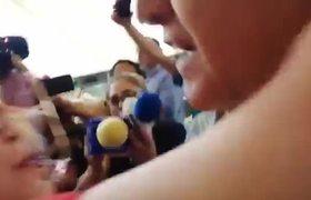 Mujer interrumpe entrevista para besar a AMLO