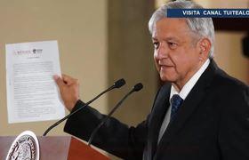 AMLO firma documento para revocación de mandato