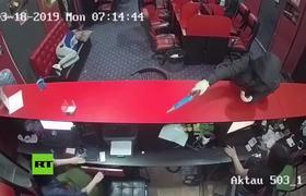 Ladrones armados no perciben a un hombre dormido en un sofá